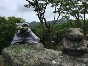 忍里のカエルスポット・フカサクとかえるの石像
