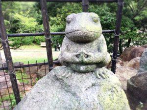 忍里のカエルスポット・かえるの石像