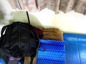 スオーナダフェリー内のベンチに荷物を置いた様子