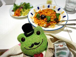 かえるのピクルス大阪イベント2021年のコラボカフェのパスタとかえるのぬいぐるみ