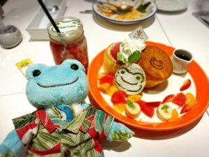 かえるのピクルス大阪イベント2021年のコラボカフェのパンケーキとドリンクとかえるのぬいぐるみ