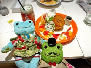 かえるのピクルス大阪イベント2021年のコラボカフェのパンケーキとドリンクとかえるのぬいぐるみたち