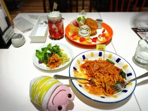 かえるのピクルス大阪イベント2021年のコラボカフェのパンケーキとドリンクとパスタとサラダ