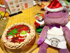 PRIROLLのかえるのピクルスのクリスマスケーキとノベルティ缶バッジ